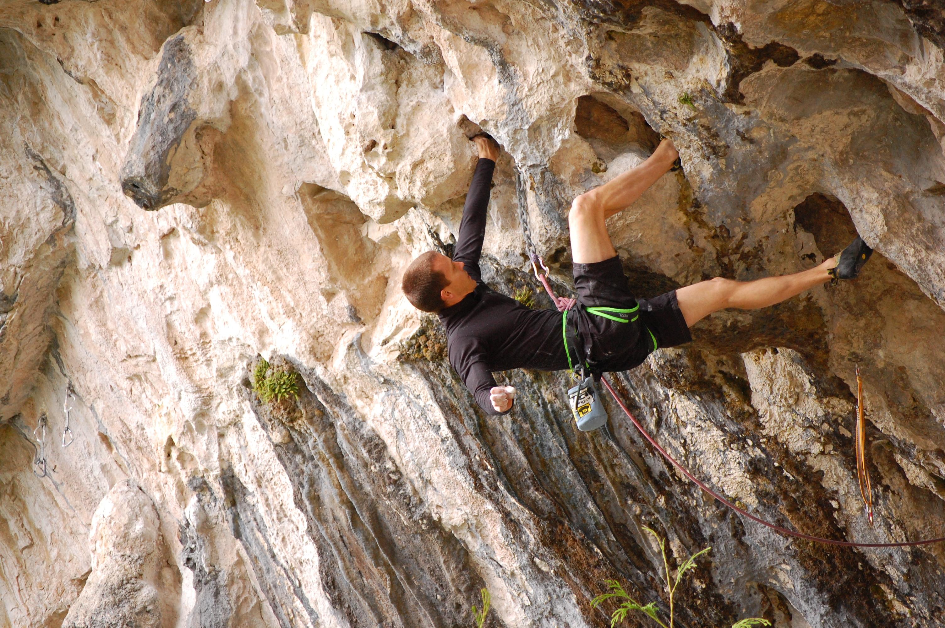 Source: https://commons.wikimedia.org/wiki/File:Overhanging_rock_climbing.jpg